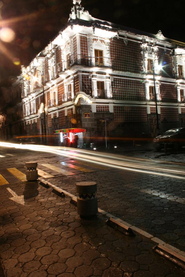 La fachada de la casa del Alfeñique de noche