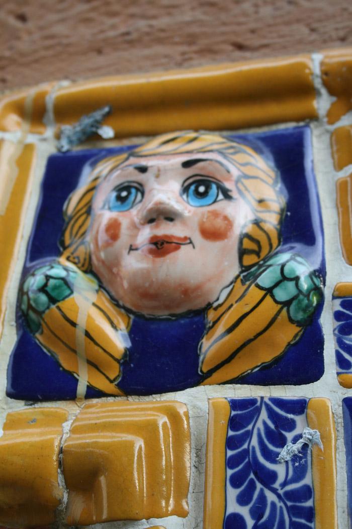Detalle de la cerámica de Talavera en los edificios