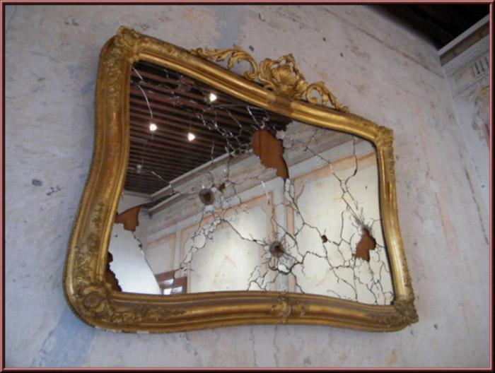 Espejo roto durante la batalla de la Casa Serdán