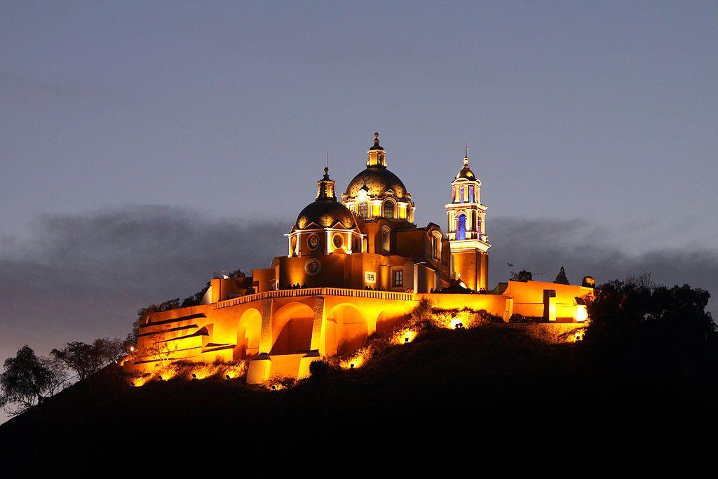 Vista nocturna de la Iglesia de Nuestra Señora de los Remedios