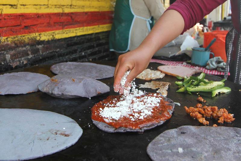 Las memelas se encuentran en muchos puestitos a pie de calle en la capital poblana
