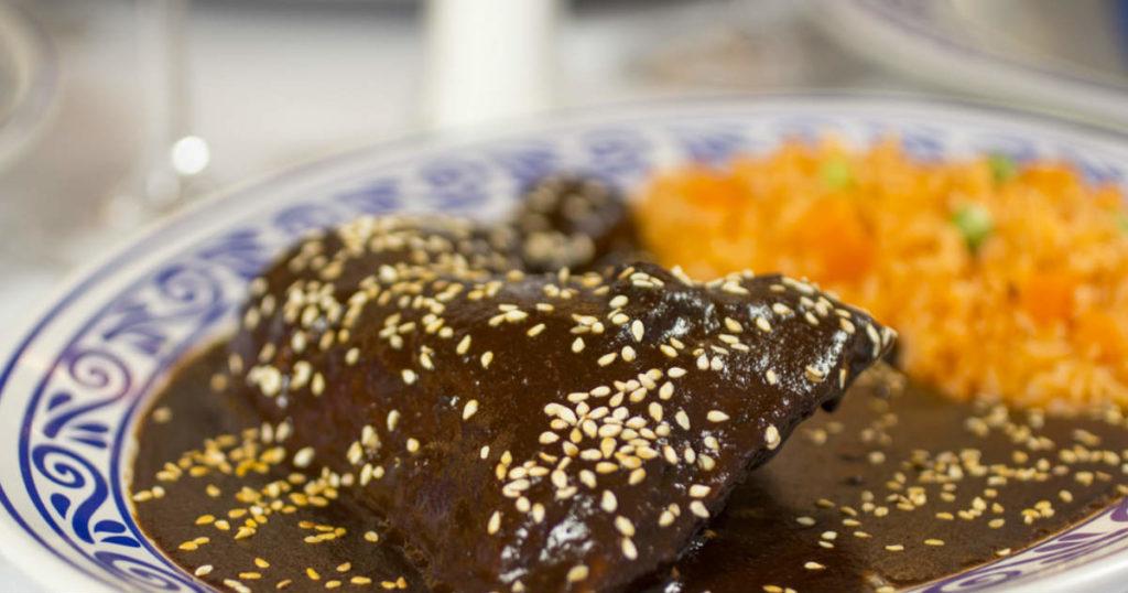 Exquisito mole poblano acompañado de arroz rojo (arroz cocinado con tomate)